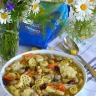 Sycący kociołek z białą kiełbasą, warzywami i makaronem
