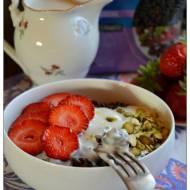 Czekoladowe świderki z sosem waniliowym, truskawkami i pistacjami