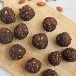 Daktylowe kulki mocy z migdałami i kakao