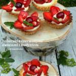 kruche babeczki z czerwonymi owocami, budyniem i nutellą