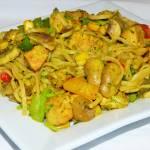Noodles z kurczakiem, pieczarkami i warzywami