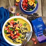 Omlet z makaronem i owocami lata