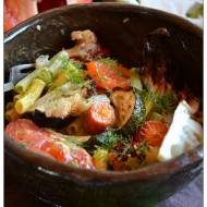 Kolorowe rurki z pieczonymi młodymi warzywami
