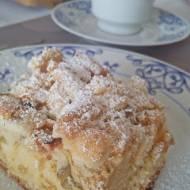 Ucierane ciasto z rabarbarem otulone słodką kruszonką