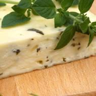 Żółty ser domowy ze świeżą bazylią