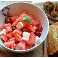Salatka z arbuza, truskawek, fety i pistacji