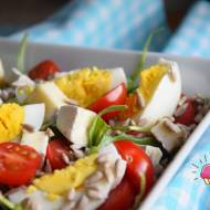 Sałatka z jajkiem, serem camembert z ziołami, słonecznikiem, pomidorkiem i rukolą