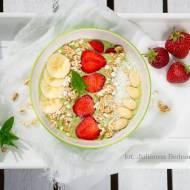 Smoothie bowl na zielono - ze szpinakiem, bananem i kiwi