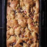 Ciasto biszkoptowe z rabarbarem i śliwkami