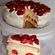 Łatwy do zrobienia tort truskawkowy.