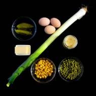 Sałatka z pora z jajkiem, groszkiem i kukurydzą.