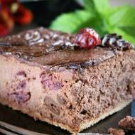 Sernik czekoladowy z wiśniami na herbatnikach