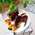 Chrupiąca broszka w panierce z płatków kukurydzianych z grillowaną morelą, poziomkami i konfiturą truskawkową