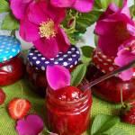 Dżem truskawkowy z płatkami dzikiej róży