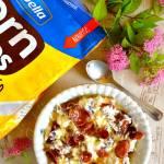 Sycąca miseczka śniadaniowa z twarogiem, jogurtem, płatkami kukurydzianymi czekoladowymi i miodem