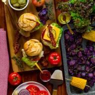 Burger party: cheeseburgery i chipsy z fioletowych ziemniaków