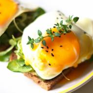 Pomysł na zdrowe śniadanie: pełnoziarniste tosty z awokado i jajkiem