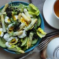 Sałatka z białymi szparagami, jajkiem i czarną quinoą