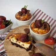 Śniadaniowe serniczki na daktylowym spodzie z płatkami kakaowymi
