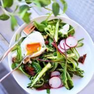 Sałatka szparag/ jajko w koszulce/ botwina/ feta/ suszone pomidory/ orzechy laskowe i cytrynowy dressing