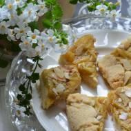 Tarta z rabarbarem, truskawkami i kremem jaglanym
