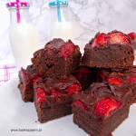 Brownie z truskawkami i polewą czekoladową