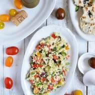 Sałatka z kaszą kuskus, papryką, ogórkiem i czarnymi oliwkami