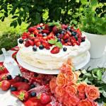 Tort bezowy z owocami i kremem z białej czekolady i mięty