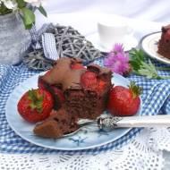 Czekoladowe ciasto z truskawkami.