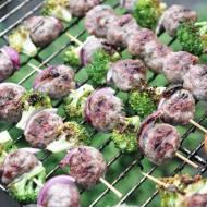 Szaszłyki z białą kiełbasą i brokułami