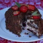 Czekoladowy tort z truskawkami i kremem śmietankowym w wersji wegańskiej