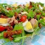 Sałatka z rukolą, suszonymi pomidorami, tuńczykiem i jajkiem + film