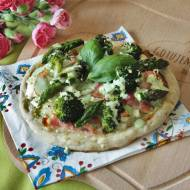 Mini pizza z brokułem, szparagami i sosem francuskim