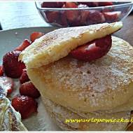 Pankejki z cukrem pudrem i truskawkami