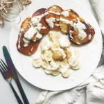 Owsiane placuszki na jogurcie greckim z masłem orzechowym i bananem
