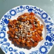 Ciecierzyca z warzywami w sosie pomidorowo-paprykowym z masłem orzechowym