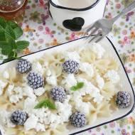 Makaron z białym serem i owocami - lekkie danie na słodko