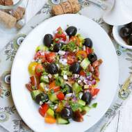 Sałatka z kolorowymi pomidorkami i czarnymi oliwkami