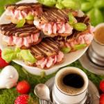 Ciasteczka kawowe z bazylią i kremem truskawkowym