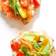 prosta kanapka z łososiem rukolą i awokado