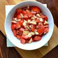Surówka pomidorowa z marynowanym czosnkiem