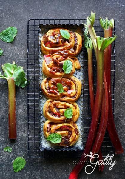 Drożdżowe ślimaczki (bułeczki) z rabarbarem
