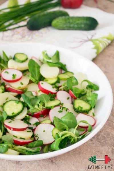Wiosenna sałatka z młodych ziemniaków, roszponki, rzodkiewki w sosie cytrynowo-czosnkowym