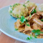 Kurczak w sosie śmiatnanowo-kurkowym (na winie)