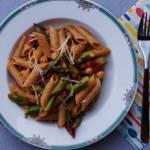 Penne ze szparagami i ciecierzycą w sosie pomidorowym