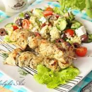 Jogurtowo-ziołowe szaszłyki z kurczaka i grecka sałatka jaglana