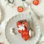 Tarta czekoladowa z truskawkami (bez pieczenia)
