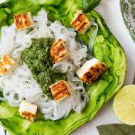 Makaron ryżowy z pesto, grillowanym halloumi i szparagami