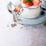 Pudding z chia, z borówkami i truskawkami