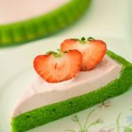 Zielone ciasto ze szpinaku z kremem truskawkowym